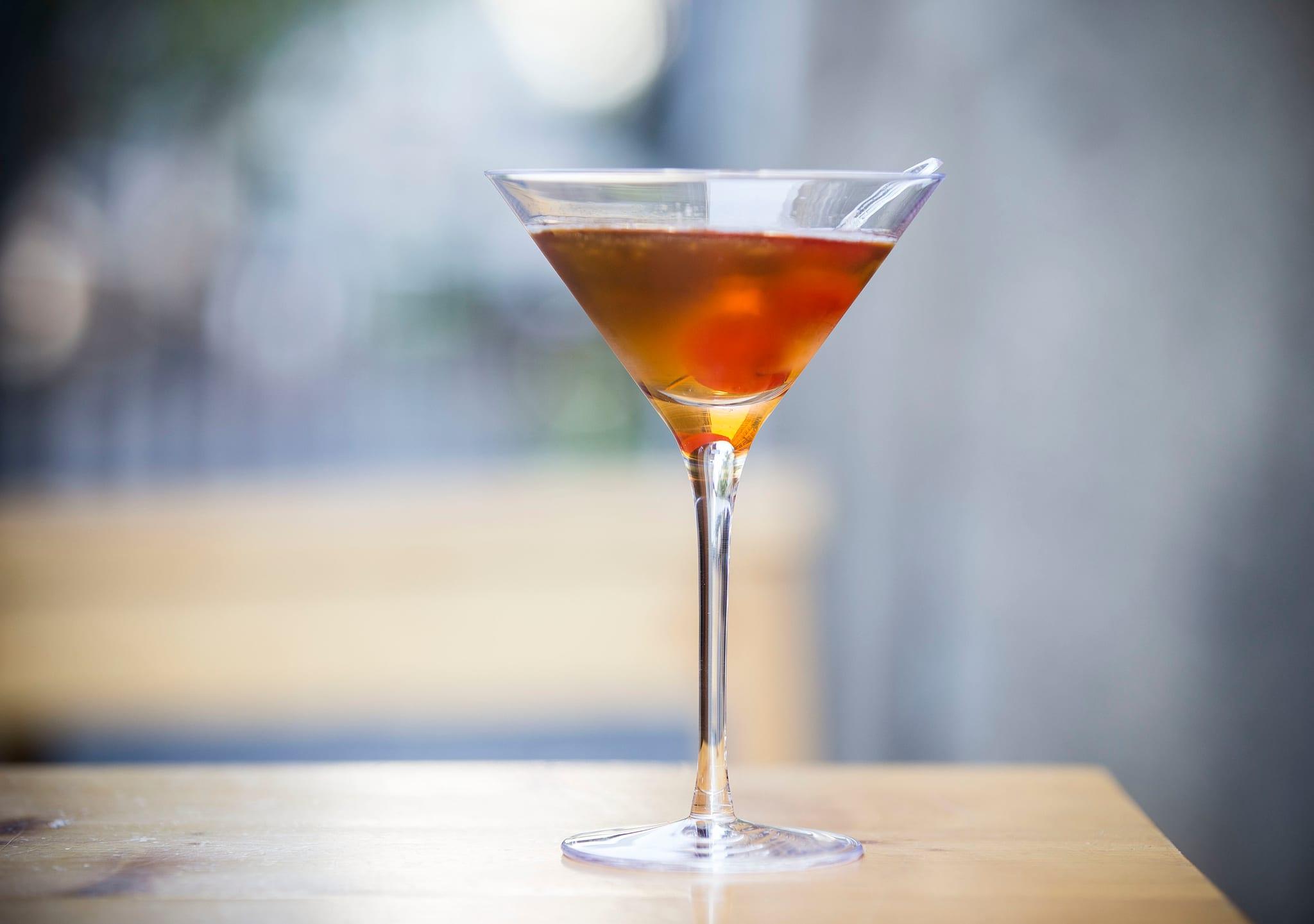 PÚBLICO - Para felicitar a vinda do Outono o melhor é aprender a aperfeiçoar o cocktail mais outonal que há: o Manhattan
