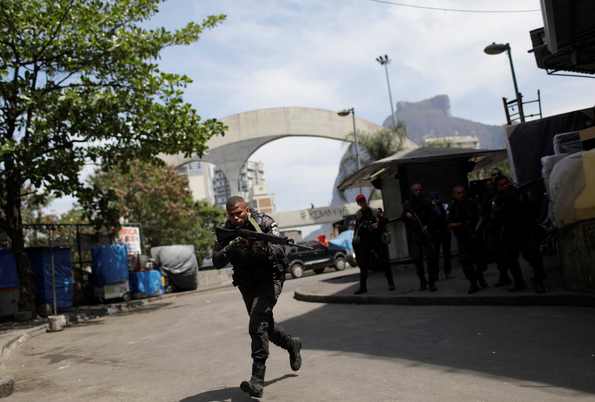 PÚBLICO - Depois de cinco dias de confrontos, exército sai à rua para cercar favela no Rio de Janeiro