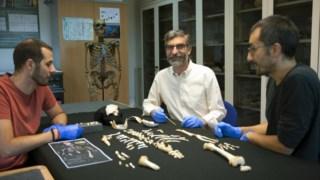 Os investigadores junto ao esqueleto do menino neandertal (da esquerda para a direita): Antonio García-Tabernero, Antonio Rosas e Luis Ríos