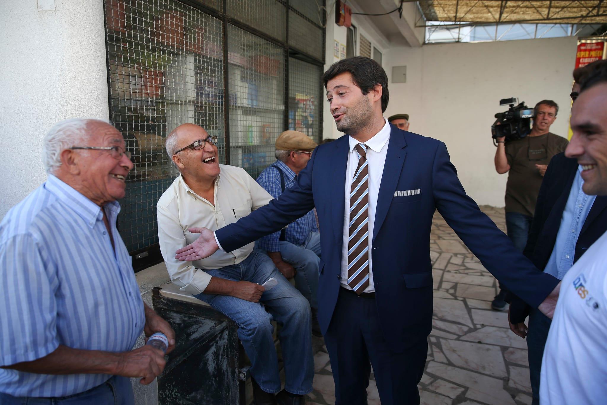PÚBLICO - André Ventura quer fim de apoios para pessoas condenadas por crimes graves