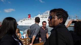 Os jovens embaixadores passearam pelo rio Tejo através de uma embarcação típica