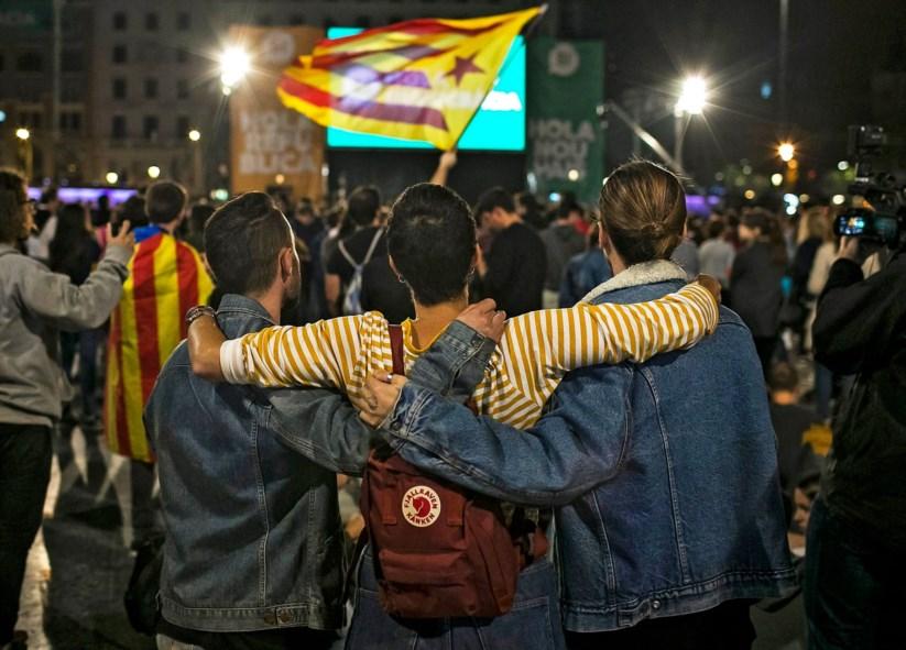Celebração do referendo na praça da Catalunha, em Barcelona