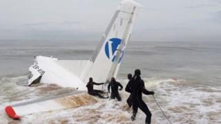 Os destroços do avião chegaram a uma praia onde foram também assistidos os sobreviventes