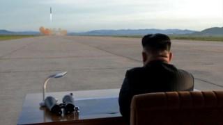 O líder norte-coreano assiste ao lançamento de um míssil, numa foto divulgada pela KCNA em Setembro
