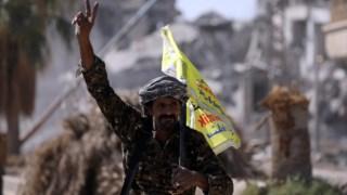 Combatentes curdos celebram a conquista de Raqqa