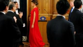 Melania Trump levou um vestido encarnado vivo Valentino para um jantar oficial no palácio de Akasaka, em Tóquio