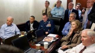 Barack Obama, Joe Biden, Hillary Clinton e outros membros do governo acompanham a operação que levou à captura de Osama bin Laden