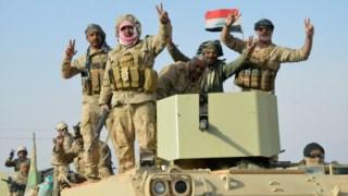 Soldados iraquianos festejam vitória em Rawa