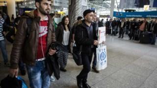 Saman Ali (na foto a segurar o cartaz) chegou a Portugal em Março do ano passado