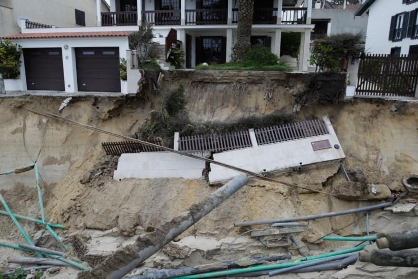 """Resultado de imagem para Rebentamento de conduta de água abre """"cratera"""" de 20 metros em São Pedro de Moel"""