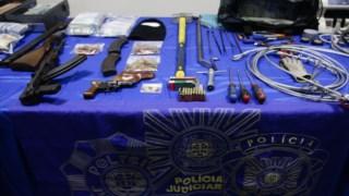 Foram apreendidos cilindros com gás explosivo, armas e dinheiro durante a operação
