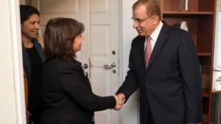A coordenadora do Bloco de Esquerda (BE), Catarina Martins cumprimenta o embaixador da Palestina em Lisboa, Nabil Abuznaid