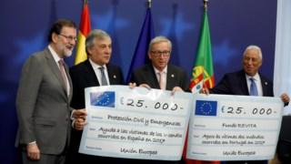 Momento em que os líderes dos governos espanhol e português recebem cada um metado do prémio atribuído à UE e doada por esta às vítimas dos fogos