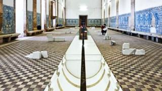A obra de Fernanda Fragateiro no antigo refeitório do convento
