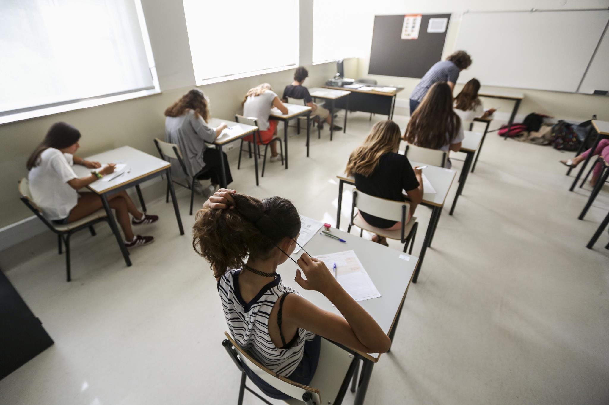 Alunos que não chumbam no seu ciclo de escolaridade e têm positiva nos exames ainda são a minoria