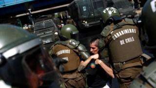 Detenção durante um protesto em Santiago do Chile contra a visita do Papa