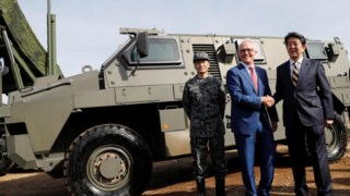 Malcom Turnbull (esquerda) e Shinzo Abe em visita a instalações militares no Japão