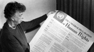 Eleanor Roosevelt, primeira-dama dos EUA de 1933 a 1945, segura uma das primeiras cópias da Declaração Universal dos Direitos Humanos, da qual foi uma das principais impulsionadoras