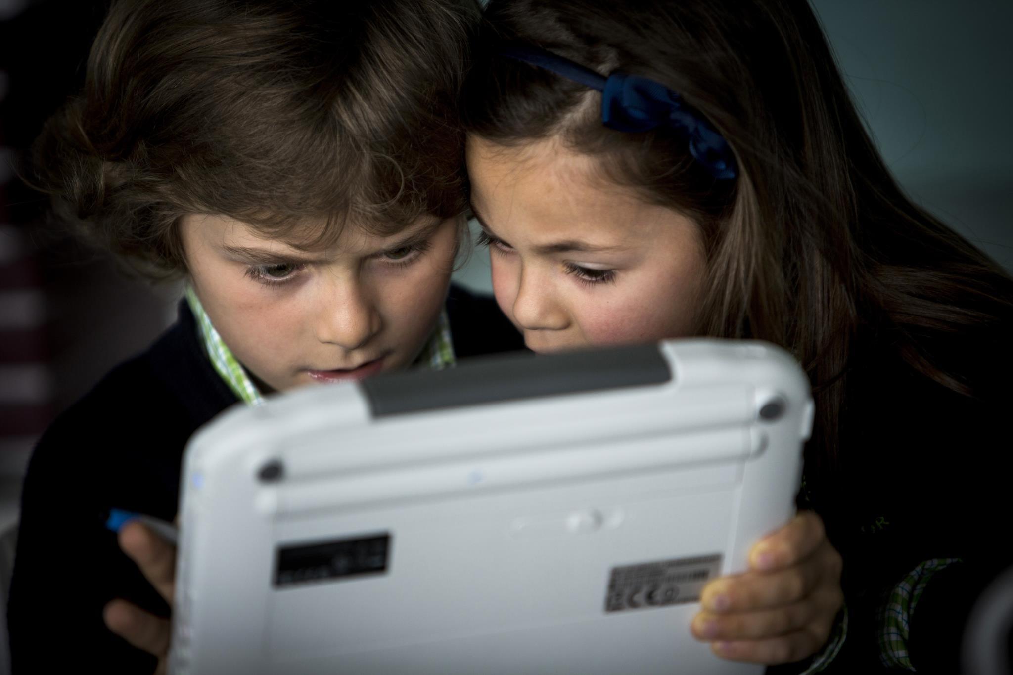 Pais gostam mais que os filhos vejam televisão do que estejam na internet