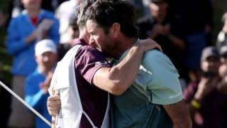 No final da prova Bubba Watson em lágrimas abraça o seu caddie © PGA TOUR