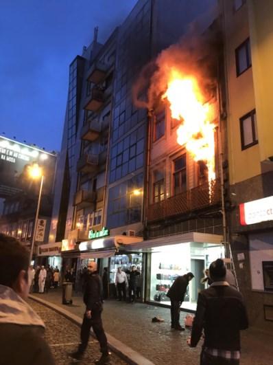 Resultado de imagem para Mulher saltou do segundo andar para fugir a incêndio no Porto