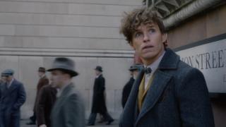 O trailer da sequela começa com uma viagem até Hogwarts