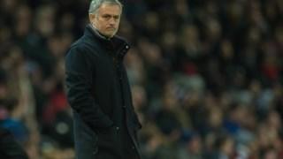 José Mourinho desalentado perante a derrota em Old Trafford