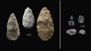 À esquerda, ferramentas mais antigas e rudimentares e, à direita, as lâminas de obsidiana descobertas no sítio arqueológico