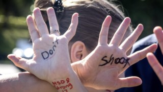 Imagem de um protesto recente contra a violência armada nas escolas