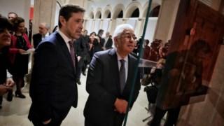O director de Arte Antiga (à esq.) com o primeiro-ministro António Costa na apresentação da pintura de Álvaro Pires recentemente comprada para o museu