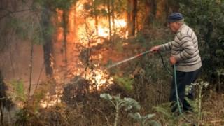 Um homem combate o incêndio na Lousã, em Outubro passado