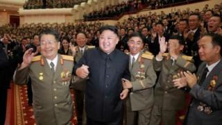 Kim Jong-un com cientistas que contribuíram para o desenvolvimento da bomba de hidrogénio