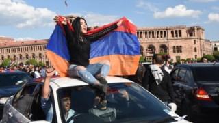 Arménios celebram nas ruas o anúncio de demissão do primeiro-ministro