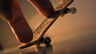 O fingerboard permite reproduzir as mesmas manobras que se fazem no skate normal Otávio Socachewsky/ Flickr