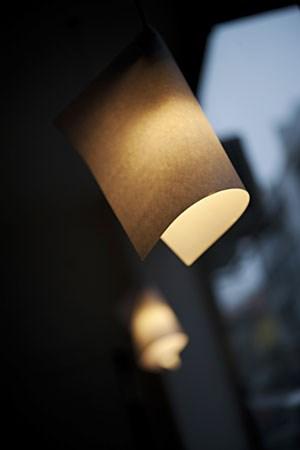 Os candeeiros são feitos com folhas de papel A4 e um clip Paulo Pimenta