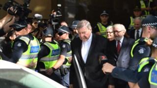 George Pell à saàda do tribunal, depois de ver confirmada a acusação