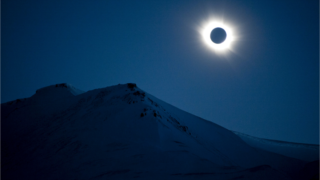 Eclipse nas ilhas Svalbard, na NoruegaJon Olav Nesvold/Reuters