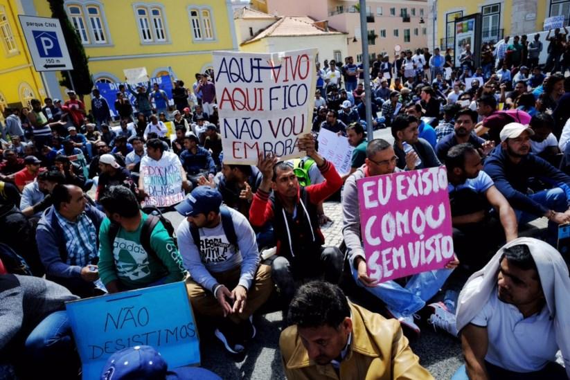 Imigrantes em protesto contra falta de documentos   Serviço de ... 9412657916