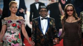 Spike Lee em Cannes, ladeado pelas actrizes  Tonya Lewis e Satchel Lee