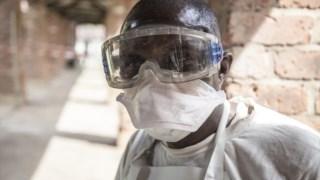 Um profissional de saúde junto à area de isolamento  criada no Hospital de Bikoro, na República Democrática do Congo