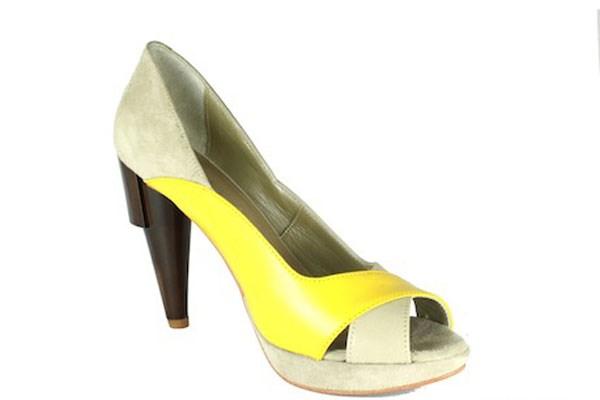 bfb178298 Portuguesa que estagiou na Jimmy Choo criou a sua marca   Sapatos ...