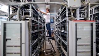 """Uma operação de """"mineração"""" de bitcoins, em Itália"""