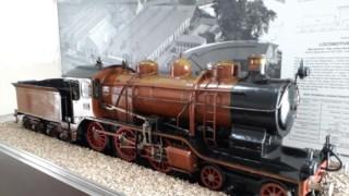 """""""A Pequenina Caça-níqueis"""", locomotiva a vapor em miniatura, foi construída em 1940."""
