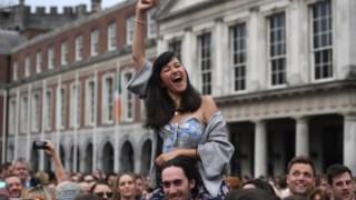 """Uma multidão juntou-se para celebrar o """"sim"""" ao referendo sobre o aborto em Dublin"""