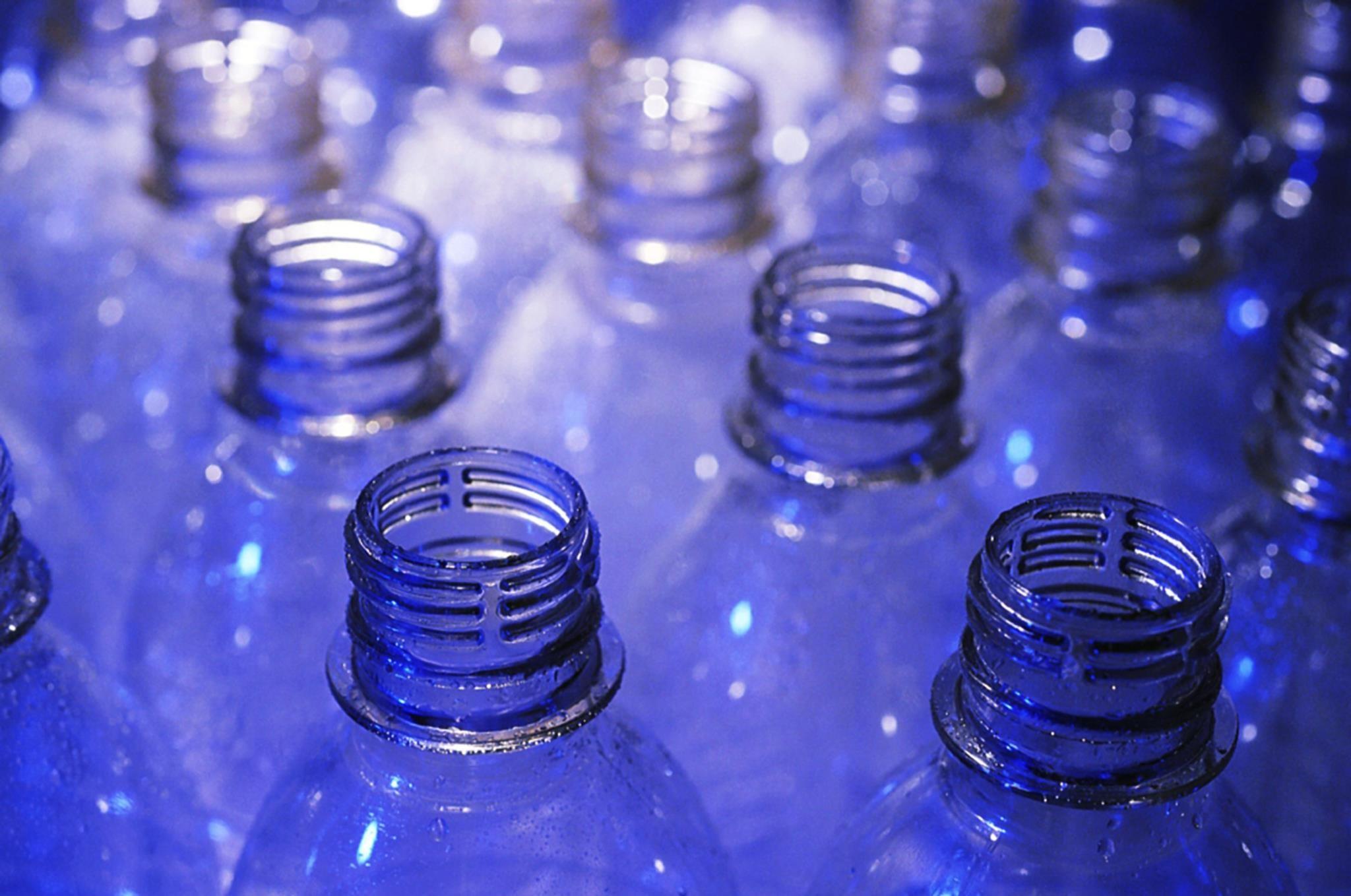 Resultado de imagem para Garrafas de plástico vão ter tara recuperável a partir de 2022