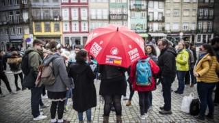 Os autocarros deixam turistas em pontos de interesse e circulam pela cidade durante a visita