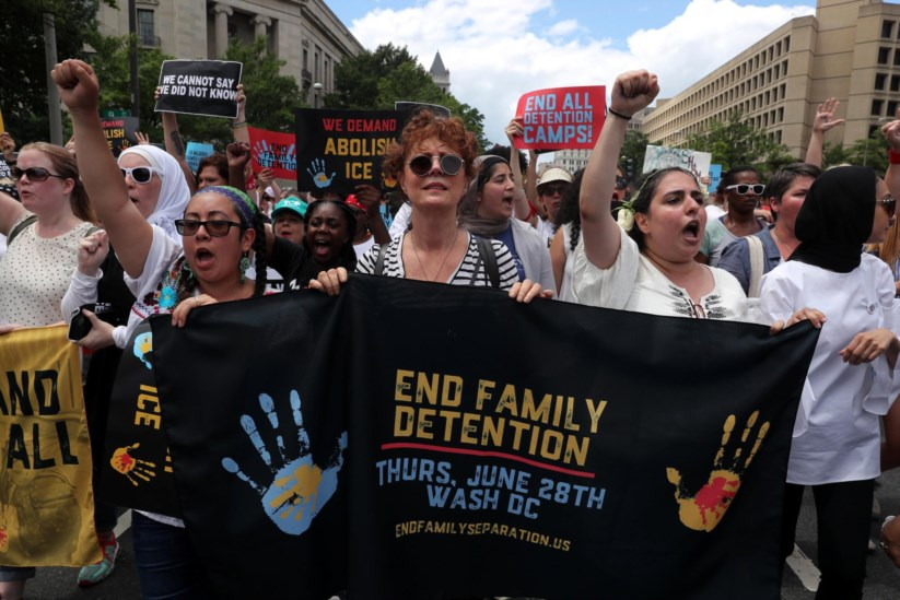 Susan Sarandon e mais de 570 pessoas detidas em protesto contra a ... 6956501644