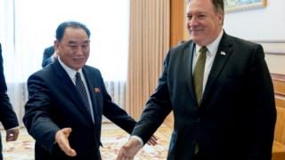 Pompeo (à direita) com  Kim Yong-chol