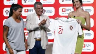 Fernando Santos, Ana Borges e Sara Sampaio na cerimónia de apresentação do patrocinador oficial das seleções A de futebol, masculina e feminina, dos Sub-21 e também da Liga feminina