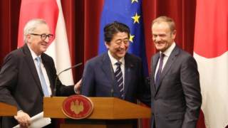 Jena-Claude Juncker, Shinzo Abe e Donald Tusk em Tóquio esta terça-feira